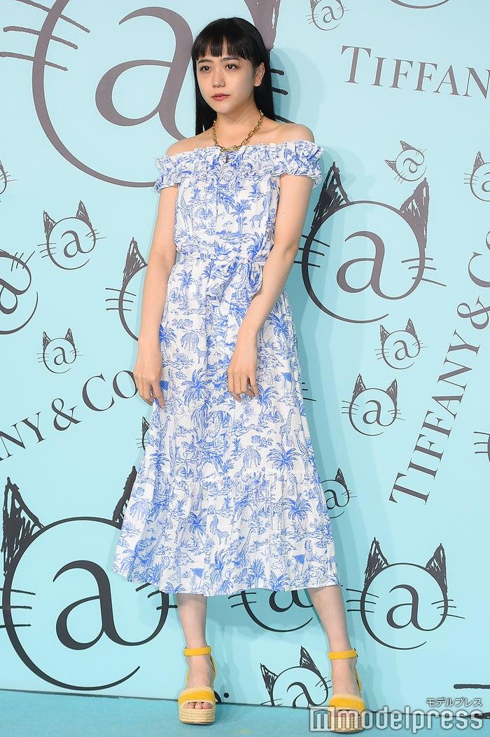 黒髪の松井愛莉 (C)モデルプレス