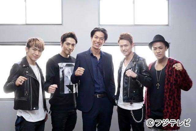 AKIRA(中央)の撮影現場にサプライズ訪問した三代目J Soul Brothersの4人(左から)NAOTO、登坂広臣、AKIRA、今市隆二、ELLY