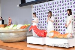 CMで使用された鍋、エビ、カニたちと対面した松村沙友理、白石麻衣、生田絵梨花 (C)モデルプレス