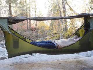 まるでベッド!真っすぐ寝られるハンモックで、テントなしでも快適キャンプを実現