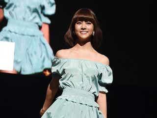 AKB48阿部マリア、艷やかデコルテに観客うっとり