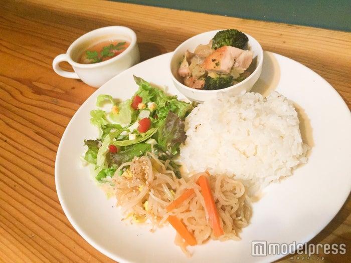 ランチメニュー「日替わりスコッププレート」¥900(ランチメニューはスープ&ドリンク付)/画像提供:SCOPP CAFE