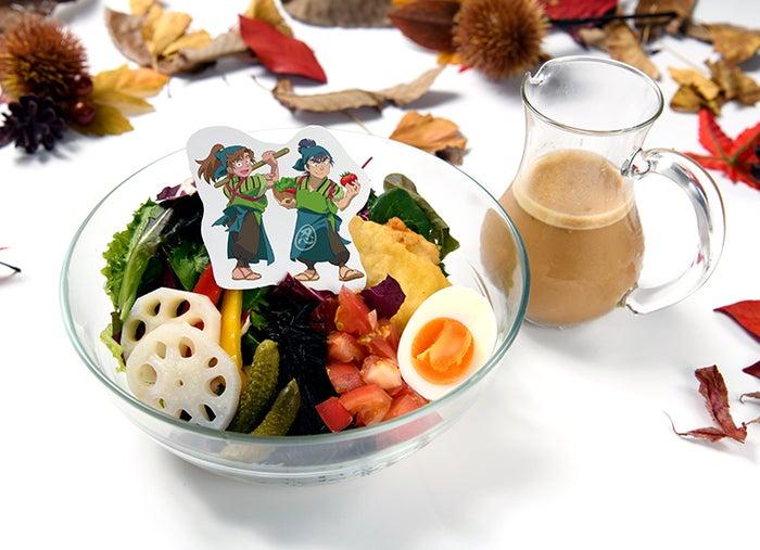 同室で協力!グリーンサラダうどん1,590円(税抜)(C)尼子騒兵衛/NHK・NEP