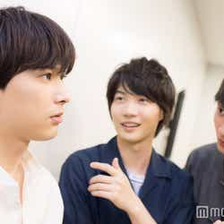 吉沢亮の話に耳を傾ける神木隆之介と小関裕太、の図 (C)モデルプレス