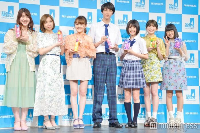 (左から)かれん、MAYU、芹奈、古川毅、池間夏海、manaka、アサヒ (C)モデルプレス