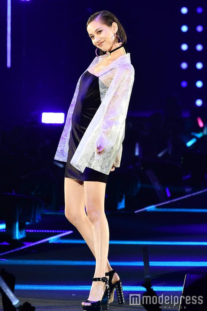 「マキアージュ」ステージに登場した水原希子(C)モデルプレス