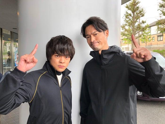 前川泰之とポーズを決める今井悠貴(左) (C)日本テレビ