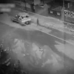 走行中の車をすり抜ける謎の黒い人影…世界の未確認ミステリー映像を紹介!