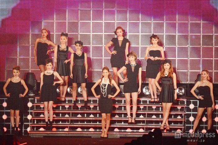 安井レイ、今井華らJELLYモデルが集結 セクシーブラックドレスで3万人を魅了