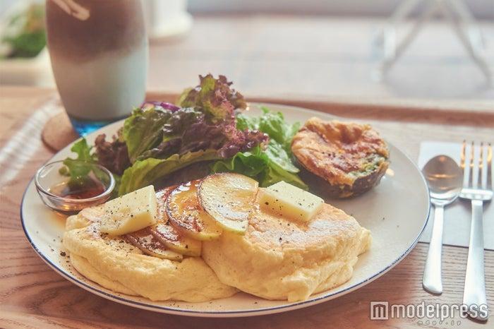 カフェでいただけるお店自慢のふわふわパンケーキ、キャラメリゼした林檎がナイスアクセント(C)モデルプレス