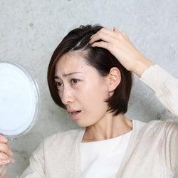 ボリューム不足、髪型がきまらない…40代から女性の薄毛の悩みが深刻化する原因と対策