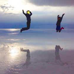ボリビア、ウユニ塩湖にて主人と。鏡張りに感動!(提供写真)