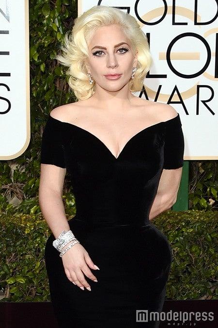 真っ黒のスレンダードレスを披露したレディー・ガガ/photo:Getty Images