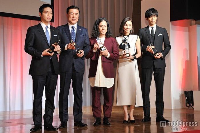 (左から)鈴木直道氏、澤田秀雄氏、又吉直樹(ピース)、吉田羊、松坂桃李