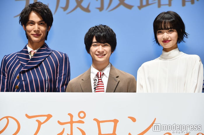 (左から)中川大志、知念侑李、小松菜奈(C)モデルプレス