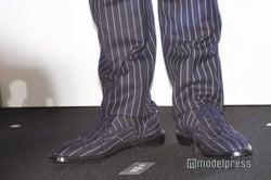 香取慎吾、本日の足元/スーツと合わせたオールストライプファッション (C)モデルプレス
