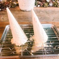 手順3:ホワイトチョコレートをコーンにまんべんなく塗る/画像提供:柏原歩
