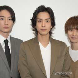 モデルプレスのインタビューに応じた濱正悟、黒羽麻璃央、小越勇輝 (C)モデルプレス