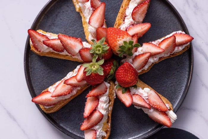 苺のエクレア オミジャ茶 シャンティークリーム(韓国)/画像提供:コンラッド大阪