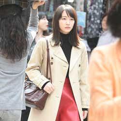 モデルプレス - 凜華(吉岡里帆)、トレンチコート×レディな赤スカートがドラマチック<「ごめん、愛してる」第10話コーデ解説>
