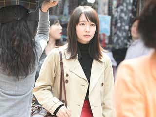 凜華(吉岡里帆)、トレンチコート×レディな赤スカートがドラマチック<「ごめん、愛してる」第10話コーデ解説>