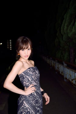 NMB48山本彩、大人ドレスで美デコルテ披露 夜の街を歩く姿が色っぽい