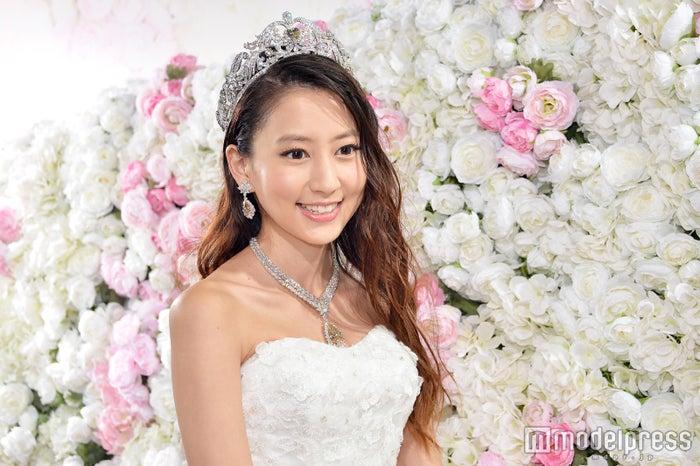 美しすぎるウェディングドレス姿を披露した河北麻友子(C)モデルプレス