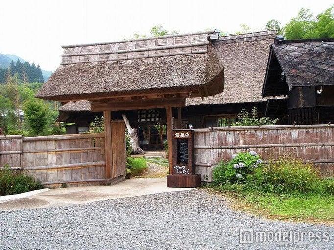 綺麗に手入れされたかやぶき屋根が特徴の「やきやしんたく」/画像提供:やきやしんたく