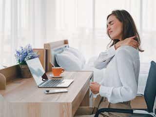1分の屈伸運動で肩こり解消!?肩や筋肉を緩める簡単エクササイズ
