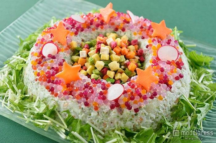 TDL「クリスタルパレス・レストラン」スペシャルブッフェ/チキンとポテトのサラダ(C)Disney