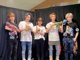 """AAA與真司郎、メンバー5人での""""恐竜""""ショット公開に反響「みんな可愛い」「持ち方個性ありすぎ(笑)」"""