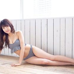 NMB48植村梓、水着姿で色白美脚を大胆披露
