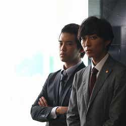 (左から)三浦貴大、渋谷謙人/連続ドラマ「探偵の探偵」第1話より