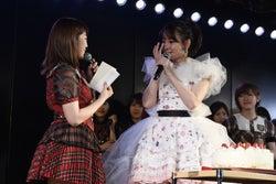 小嶋陽菜、秋元康からの手紙に涙 メンバー号泣のAKB48卒業公演<セットリスト>