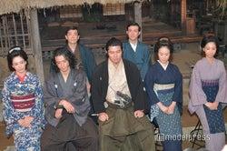 (前列左から)水川あさみ、小栗旬、鈴木亮平、黒木華、柏木由紀(後列左から)迫田孝也、田上晃吉(C)モデルプレス