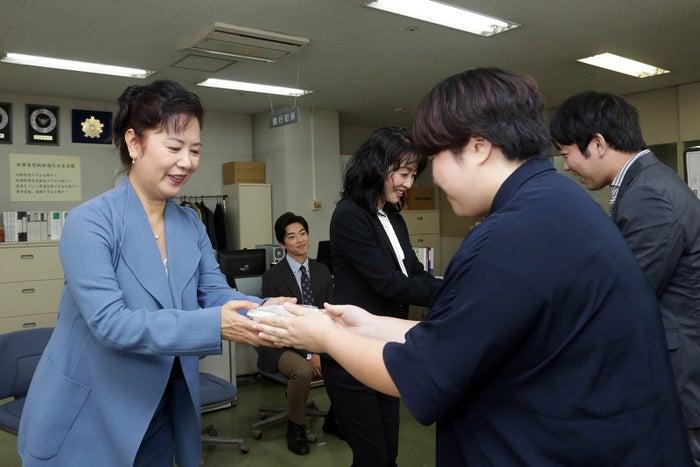 名取裕子、麻生祐未らが報道陣に小籠包を振る舞う(C)テレビ東京
