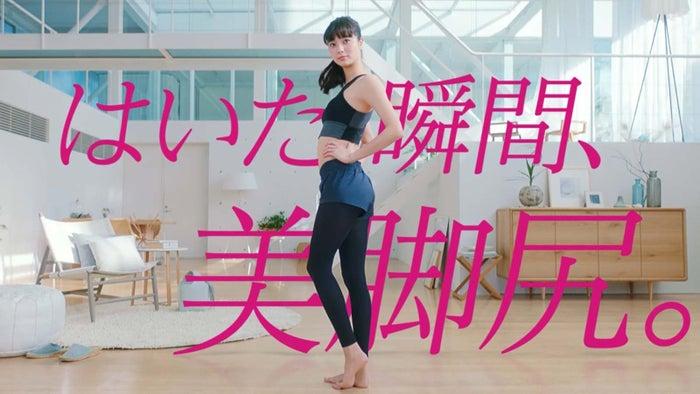 はくだけで新川優愛のような美脚&美尻/CM動画より