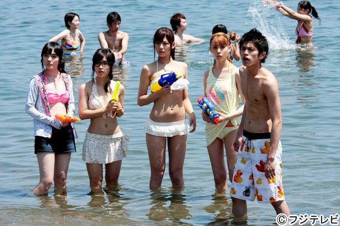 左から:小島藤子、美山加恋、西内まりや、トリンドル玲奈、山本裕典/ドラマ「山田くんと7人の魔女」第5話より