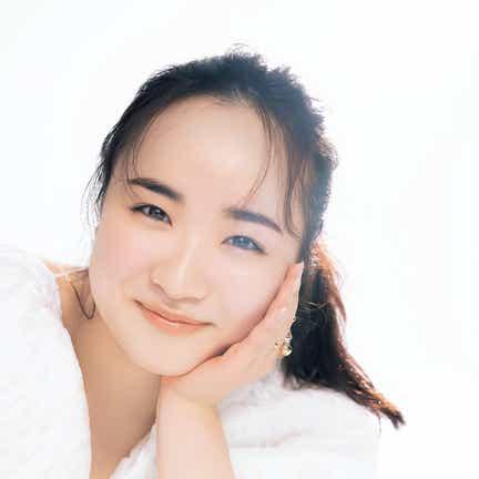 卓球・伊藤美誠選手「こんなの初めて」白ワンピ&美しいメイクで変身