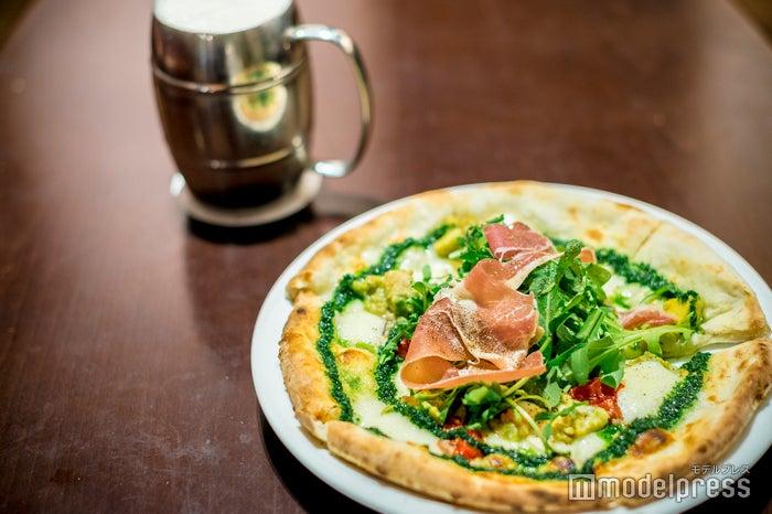 「ウソップガーデンピザ~野菜のオルトラーナ風~」と「海賊ジョッキビール」 (C)モデルプレス