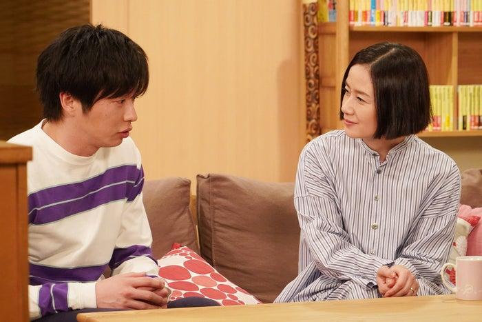 手塚夫婦の本棚から考察する人も/「あなたの番です」第4話より(C)日本テレビ