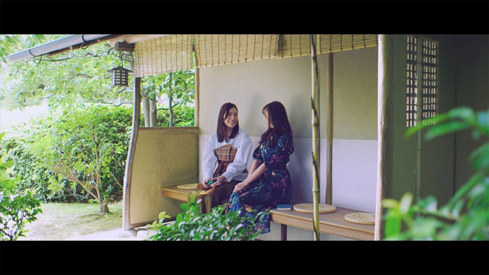 松井珠理奈(左)/AKB48「センチメンタルトレイン」MV完全版場面写真(C)AKS/キングレコード