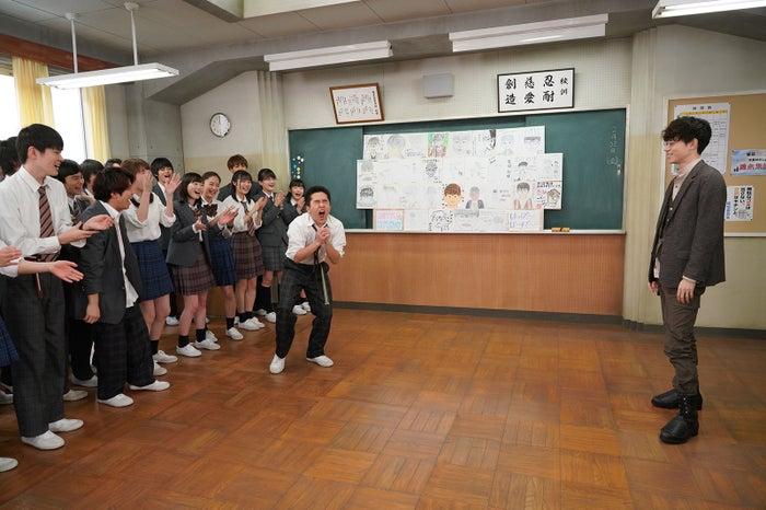 若林時英を筆頭に合唱で盛り上がる「3年A組」 (C)日本テレビ
