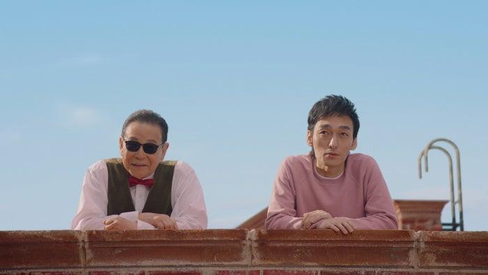 タモリ、草なぎ剛/新TVCM「屋上での出会い」篇(提供写真)