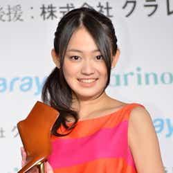モデルプレス - 国民的美少女・吉本実憂、表彰された美脚を披露