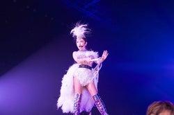 自身最多60公演の全国ツアー「ayumi hamasaki『Just the beginnnig -20- TOUR 2017』」を敢行中の浜崎あゆみ(画像提供:avex)