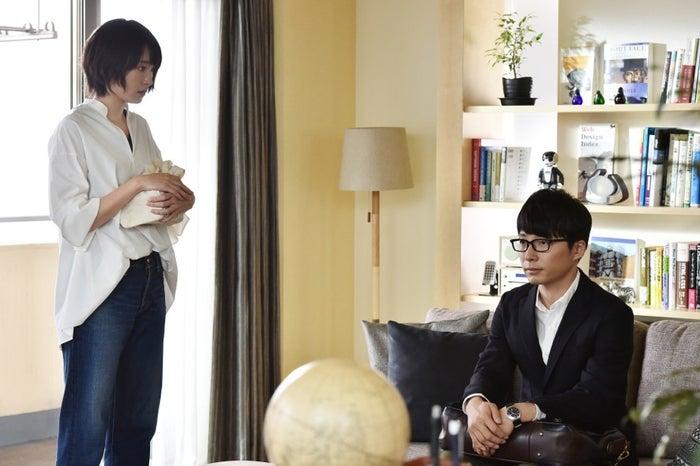 ビッグシルエットシャツ×ワイドデニム/新垣結衣「逃げるは恥だが役に立つ」第4話・場面カット(C)TBS