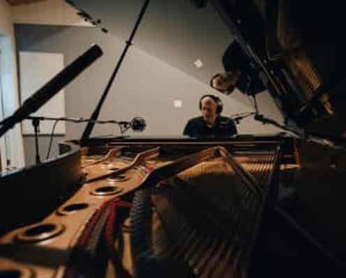 R・カーペンター、初ソロ・ピアノALから「遙かなる影」公開
