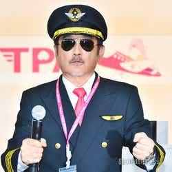 コックピットの操縦を再現する吉田鋼太郎 (C)モデルプレス