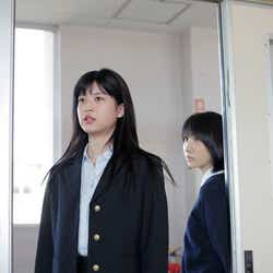 (左から)中田青渚、松本穂香(C)2020『君が世界のはじまり』製作委員会